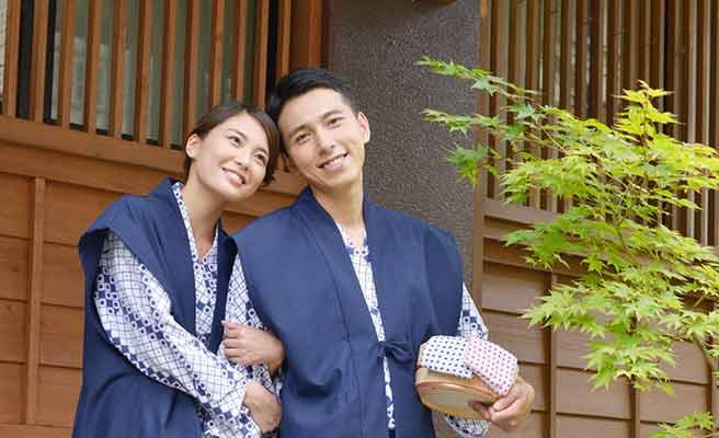 温泉旅館で寄り添う浴衣姿のカップル