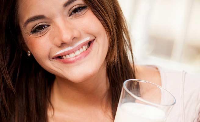 唇の上に牛乳のヒゲがついてる笑顔の女性