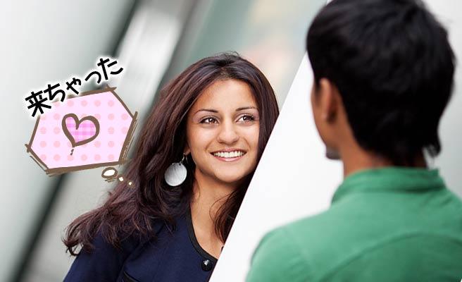 ドアの陰から彼氏に挨拶する女性