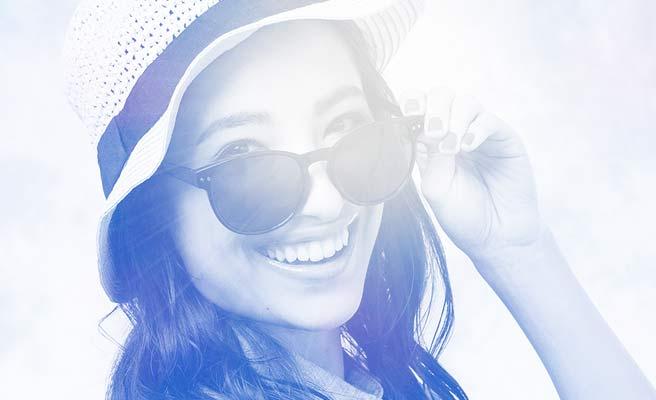帽子とサングラスの女性