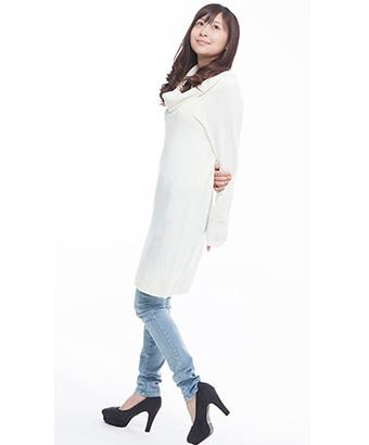 白コートの女性