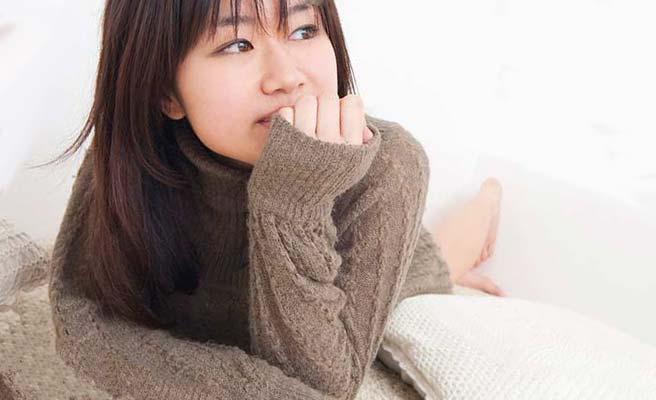 萌え袖の女性
