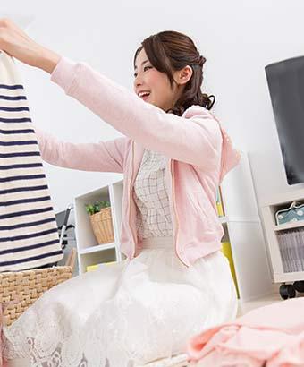 洗濯物を畳んでいる女性