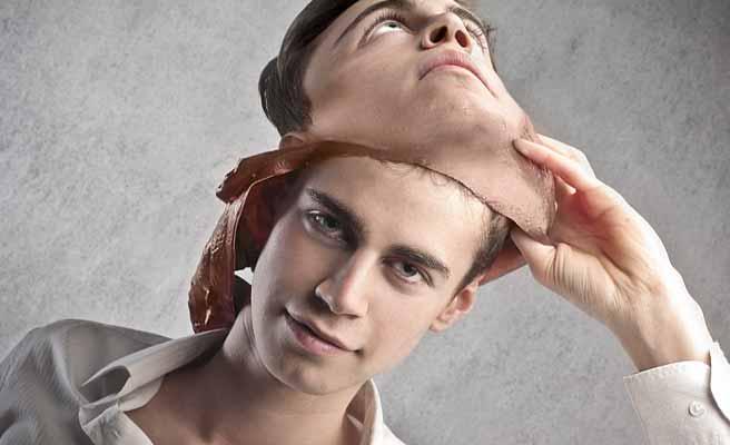 仮面を脱ぐ男性