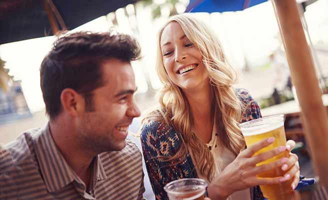 ビアガーデンでビールを飲むカップル