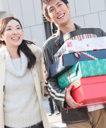 彼女が買った荷物を持つ彼氏