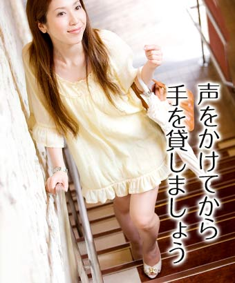 階段を上がってるハイヒールを履いた女性