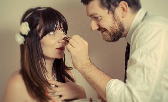 女性の鼻にチョコをつけてふざける年上男性
