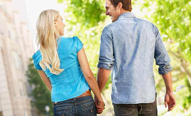 年上男性が喜ぶファッションでアプローチする女性