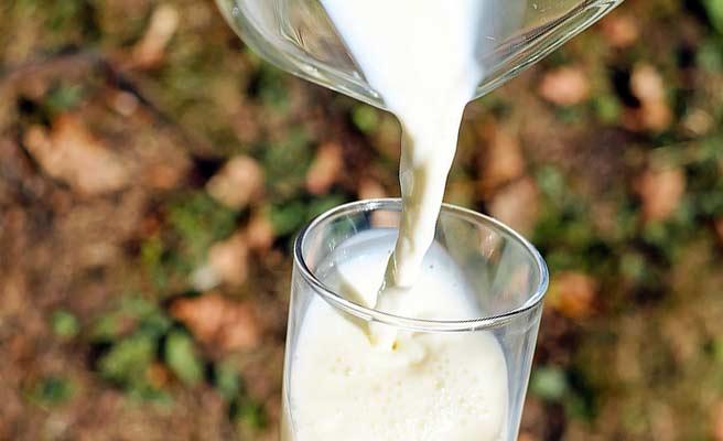 牛乳をコップに入れる