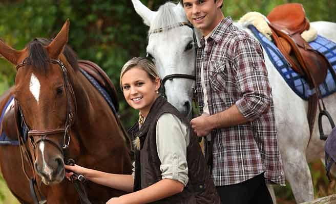 馬の傍に立つカップル