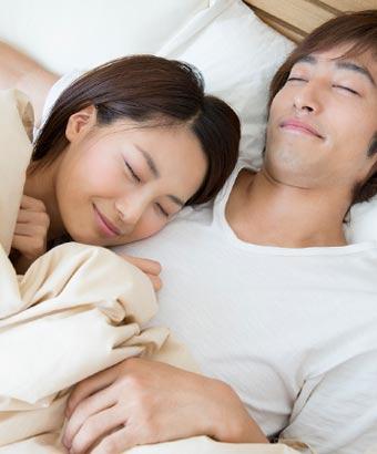 彼氏の肩に頭をのせて眠る女性
