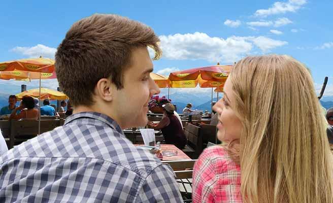 屋外レストランでデートするカップル