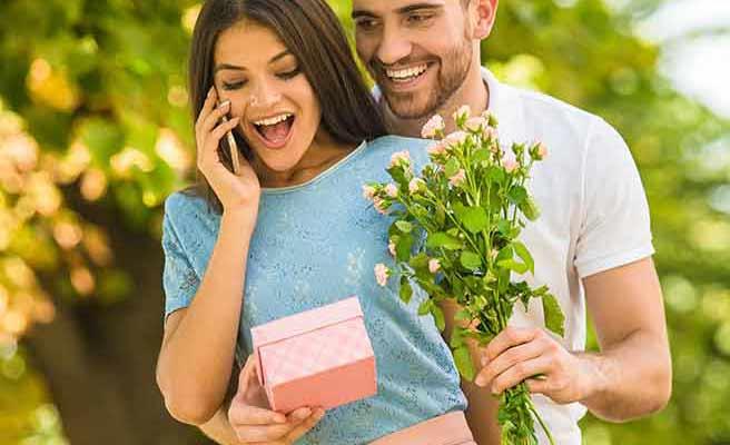 彼女にプレゼントを渡す男性