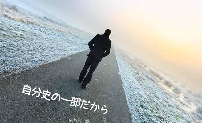 一本道を一人歩いていく男性
