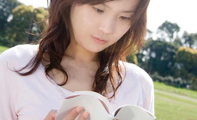 公園で本を読む女性