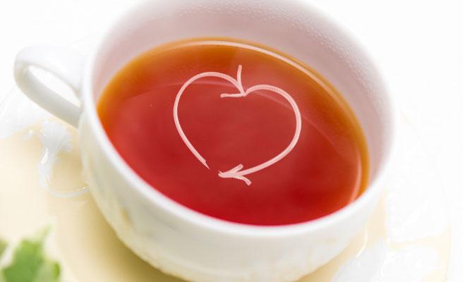 紅茶をハート形に混ぜる