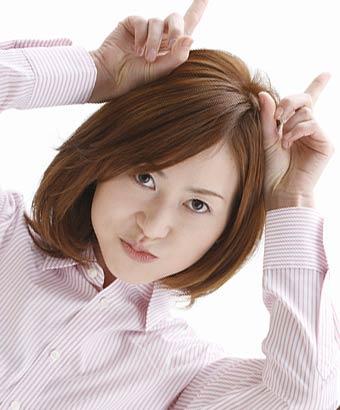 頭に指で角を立てる女性