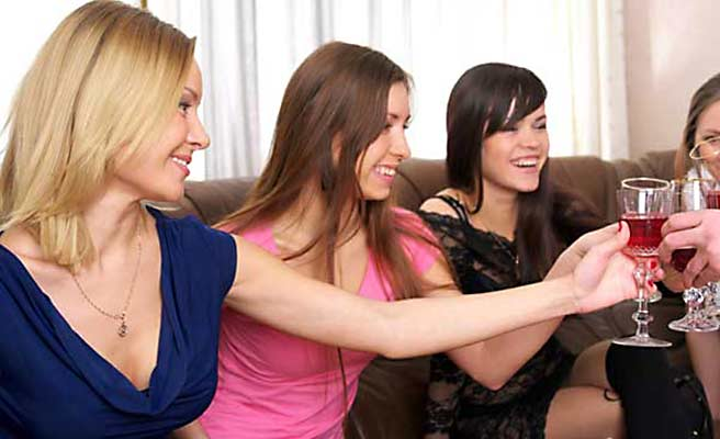 飲み会に参加する女性