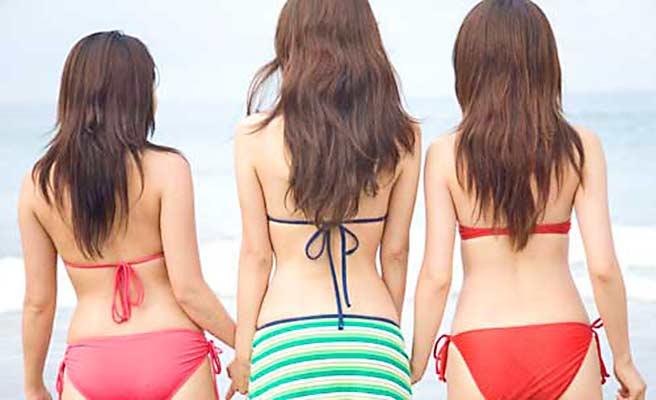 水着を着た三人の女性