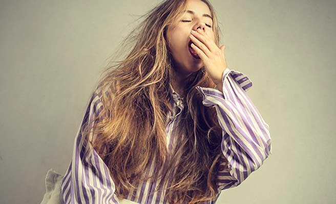 パジャマ姿で欠伸する女性