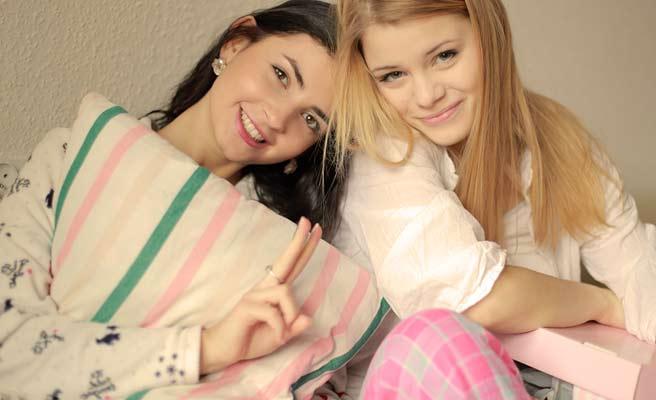パジャマ姿の女子が二人