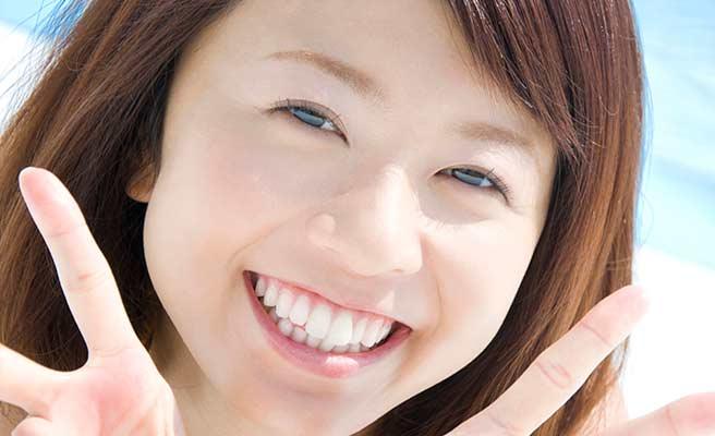 心の笑顔を周りに振りまく女性