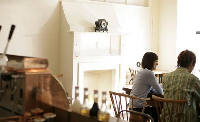 カフェでデートする男女