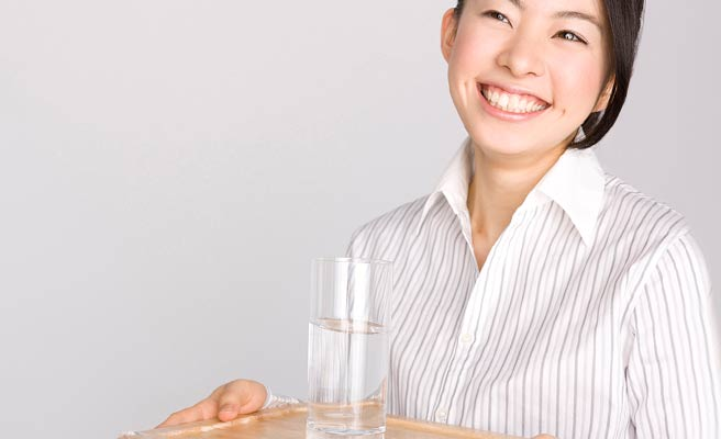 笑顔で水を運ぶ女性