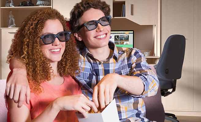 DVDを鑑賞するカップル