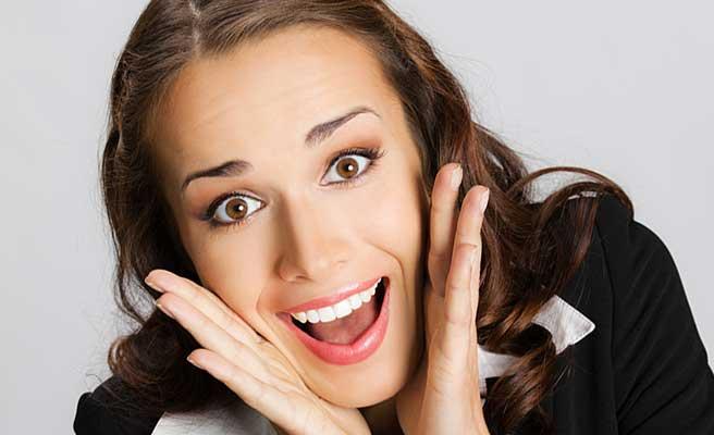 感激の笑顔で目を見開く女性