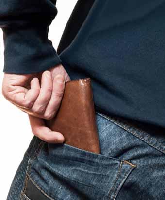 ジーパンのポケットから財布を出そうとする男性