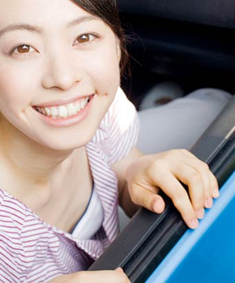 車に乗った女性