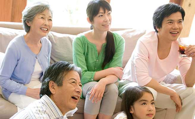 家族と団らんの時を過ごす