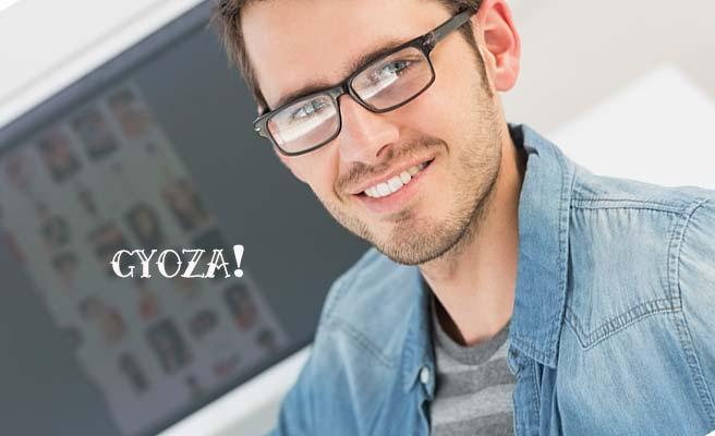 眼鏡をかけた笑顔の餃子男子