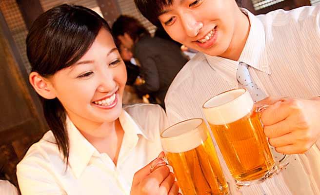 ビールで乾杯する同僚男女