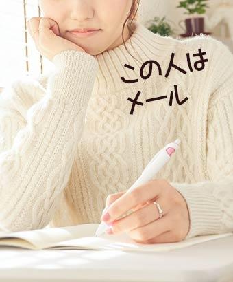 名簿リストをノートに書く女性