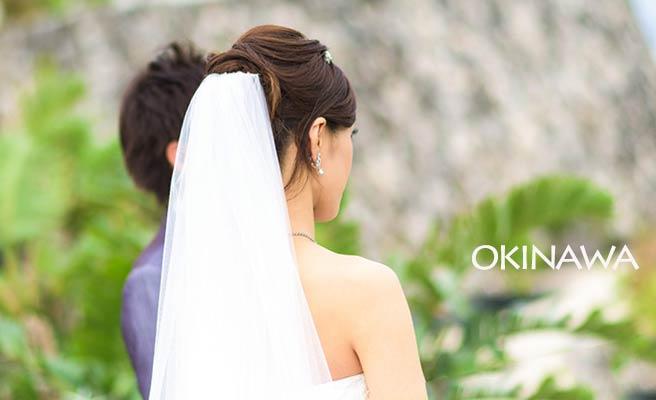 沖縄で結婚式をあげる新郎新婦
