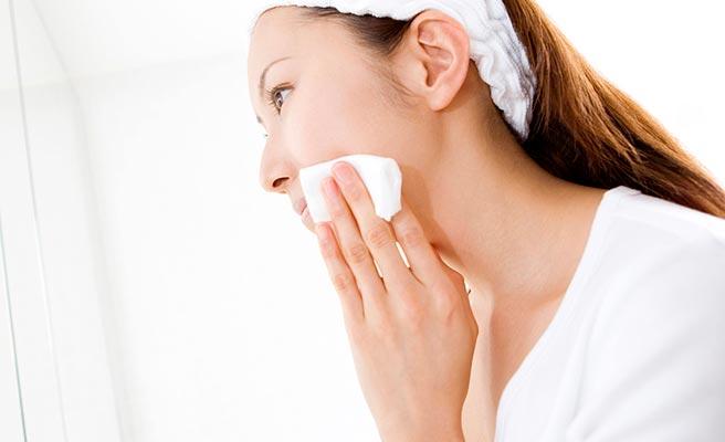 洗顔後に顔の保湿スキンケアをしている女性