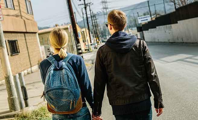 通りを手を繋いで歩くカップル