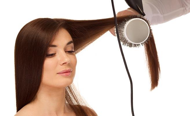 美容院で髪の手入れをする女性