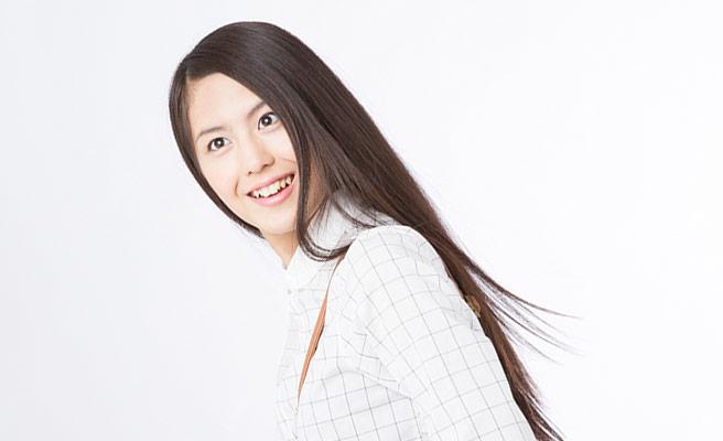 長い髪を耳にかける女性