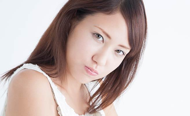 唇を尖らせる女性
