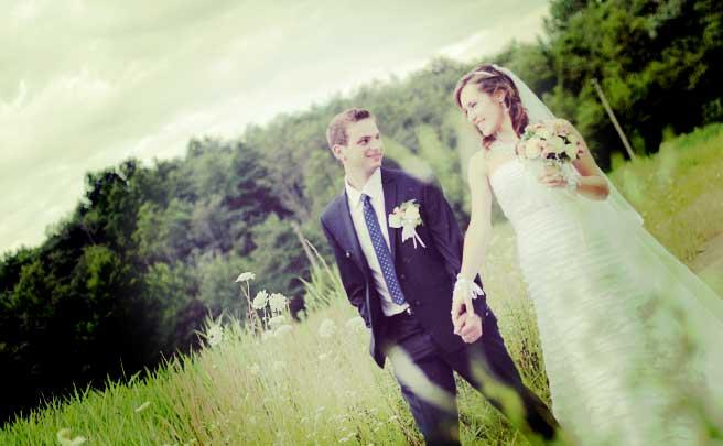 草原で結婚式をあげたカップル