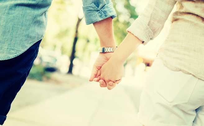 手を繋いで歩いてるカップル