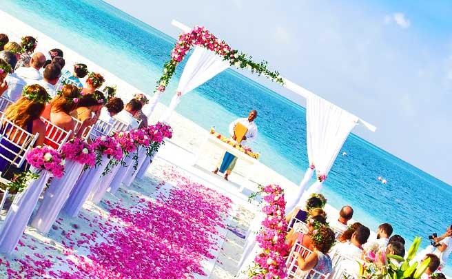 波打ち際の結婚式会場