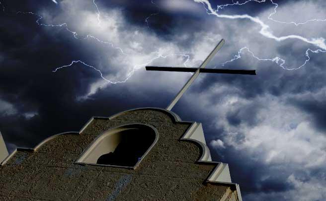 雷雲立ち込める空模様と教会