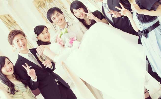 結婚お披露目パーティーで友達に囲まれて新婦をお姫様抱っこしている新婦