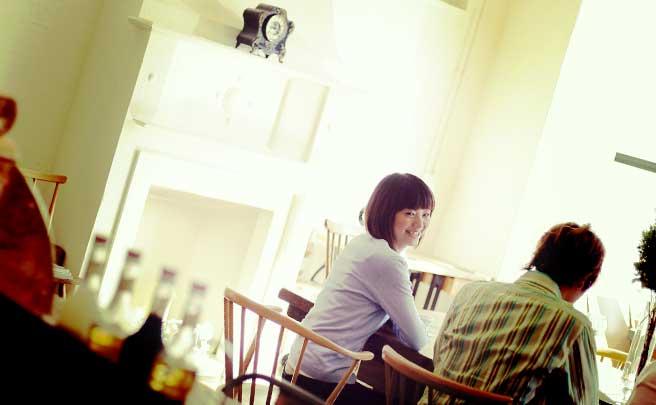 カフェで逆ナンした男性と笑顔で喋ってる女性