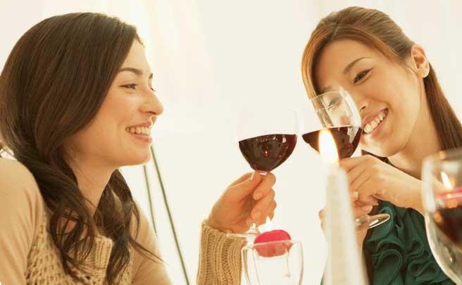 花嫁会で乾杯している女性たち
